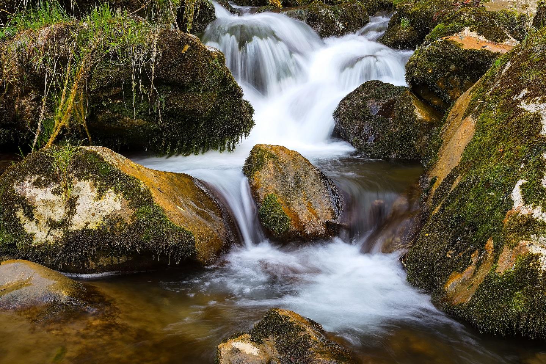 fotografía de cascada con efecto seda